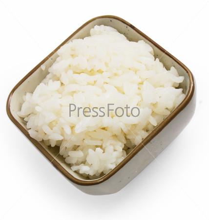Приготовленный рис, изолированный на белом фоне
