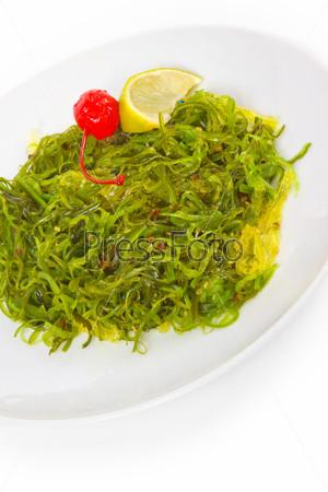 Вкусные зеленые водоросли, изолированные на белом фоне