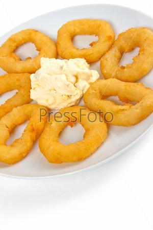 Вкусные жареные пончики, изолированные на белом фоне
