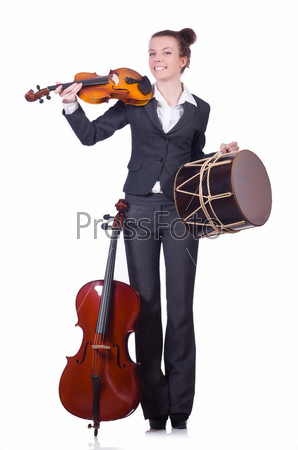 Бизнес-леди со скрипкой, изолированная на белом фоне