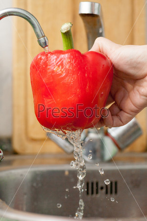 Перец в брызгах воды