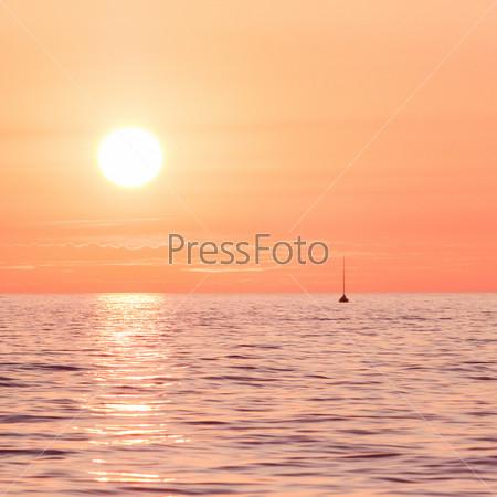 Фотография на тему Красный закат с яхтой в море