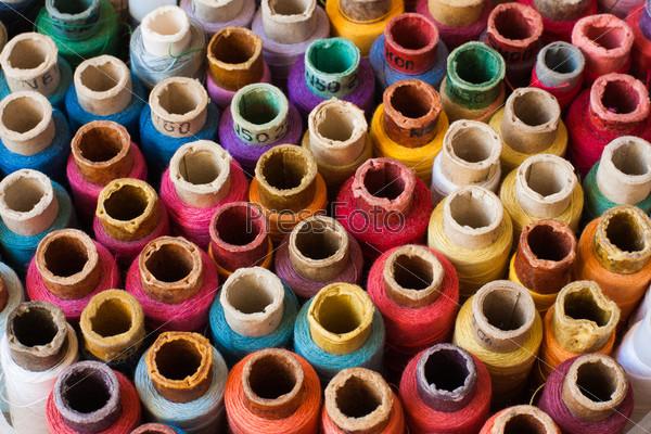Красочные мотки ниток. Серия на тему шитья