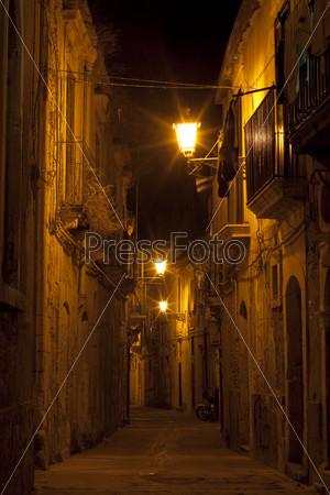 Сиракузы, Сицилия. Ночная улица в старом городе