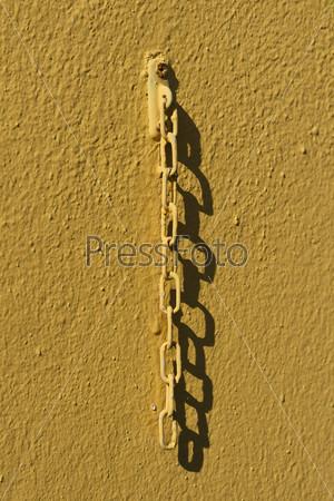 Желтая цепь на стене