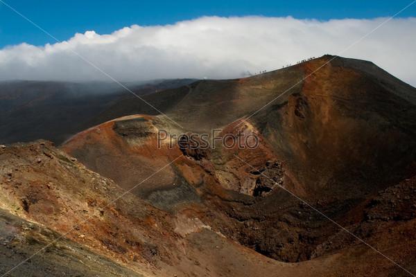 Фотография на тему Склон вулкана с кратером и каменистой почвой