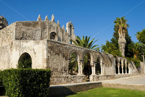 Колонны и арки с пальмы. Церковь в Сиракузах, Италия
