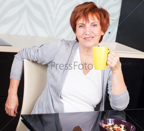 Фотография на тему Счастливая взрослая женщина на кухне