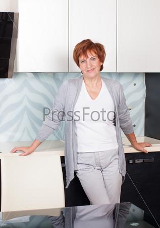 Счастливая взрослая женщина на кухне