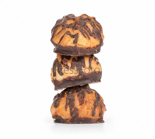 Шоколадное печенье, изолированное на белом фоне