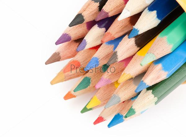 Цветные карандаши крупным планом, изолированные на белом фоне