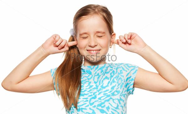 Девочка затыкает уши