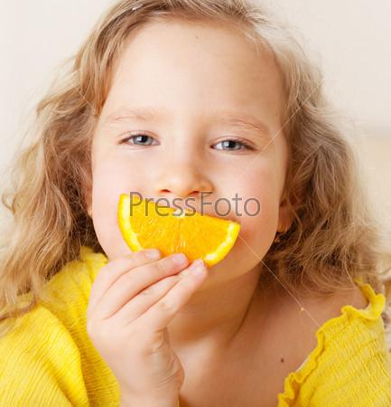 Ребенок с апельсинами
