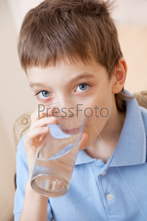 Фотография на тему Ребенок пьет воду