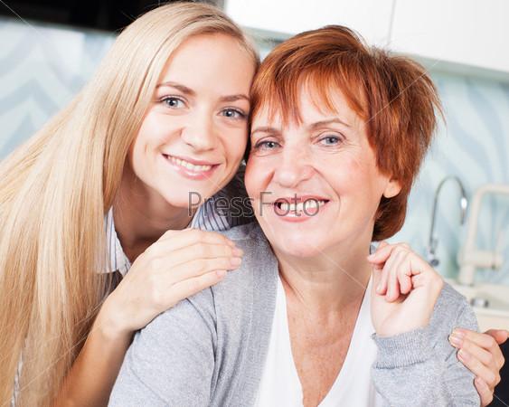 Женщина с дочерью на кухне