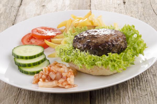Фрикадельки с салатом и картошкой фри