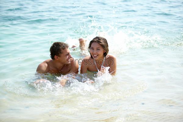 Фотография на тему Пара плещется в воде