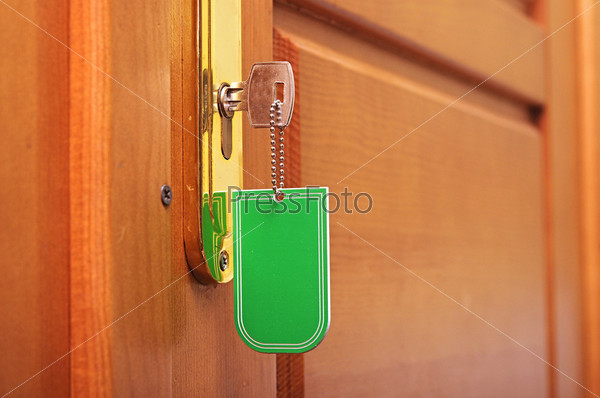 Ключ с пустым брелоком в замочной скважине