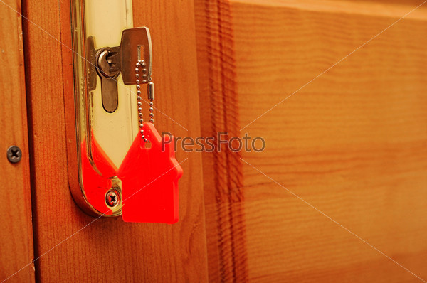 Ключ в замке со значком дома