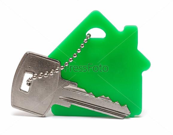 Брелок в форме дома и связка ключей на белом фоне