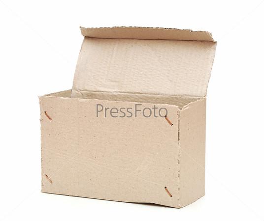 Пустая картонная коробка, изолированная на белом фоне
