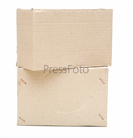 Картонные коробки на белом фоне