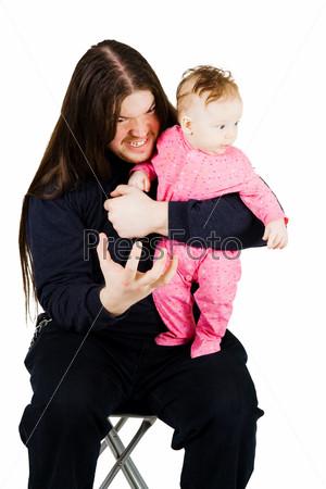 Прелестный маленький ребенок и страшный мужчина с длинными волосами