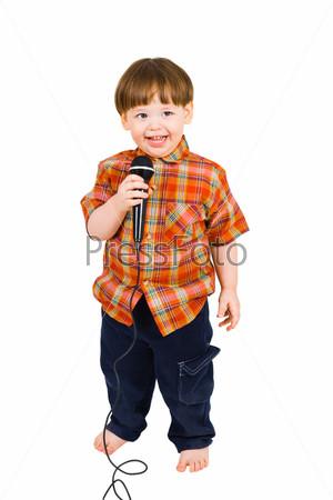 Малыш с черным микрофоном на белом фоне