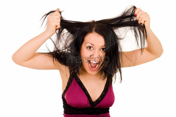 Молодая женщина держит длинные волосы с широко открытым ртом, глядя в камеру