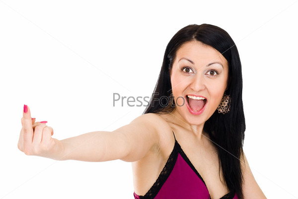 Женщина с широко открытым ртом показывает средний палец