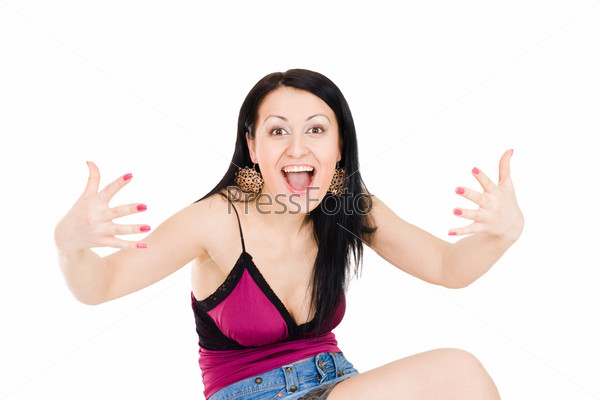 Женщина жестикулирует, глядя на камеру