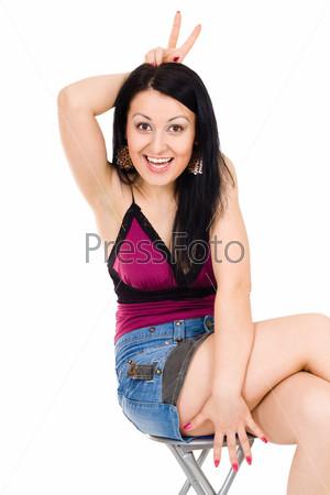 Женщина показывает рога и веселится