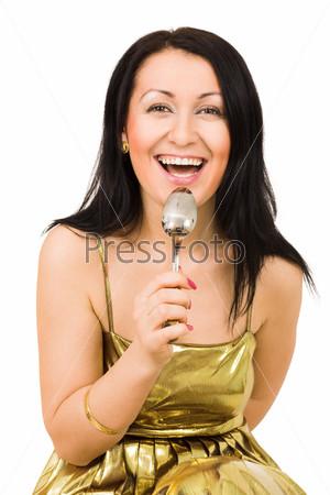 Смеющаяся женщина с ложкой смотрит в камеру