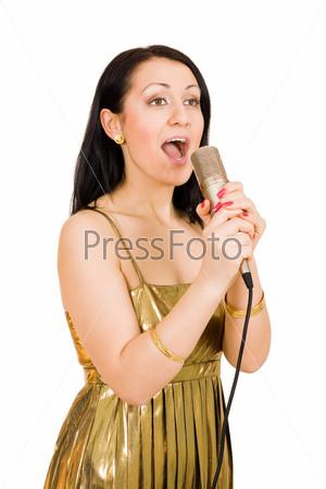 Красивая женщина поет в микрофон