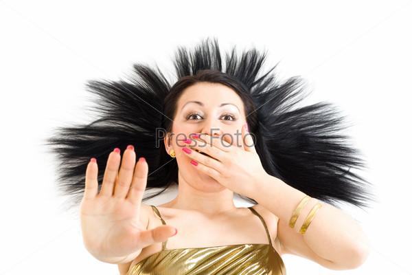 Женщина с длинными черными волосами, закрывающая рот рукой