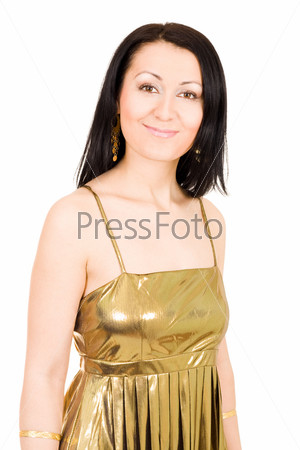 Молодая уверенная улыбающаяся женщина в золотом платье