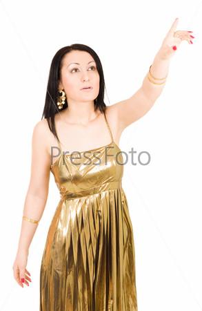 Молодая женщина показывает пальцем