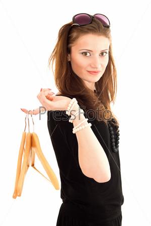 Фотография на тему Молодая женщина держит покупки в пакетах на пальце и смотрит в камеру
