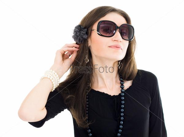 Фотография на тему Привлекательная женщина в черном платье и солнцезащитных очках прислушивается