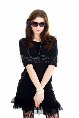 Очаровательная женщина в черном вечернем платье и очках со скрещенными руками