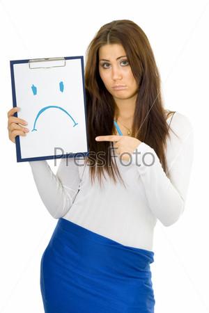 Грустная девушка стоит с грустной рожицей, нарисованной на планшете синим маркером