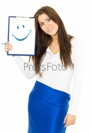 Молодая женщина строит гримасу и показывает смайл, нарисованный на планшете синим маркером