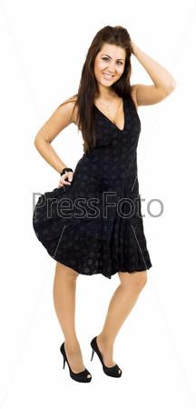 Счастливая женщина позирует  в черном платье и смотрит в камеру