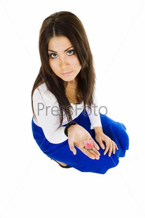 Женщина сидит и держит свечу, глядя в камеру, вид сверху
