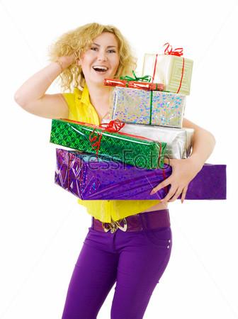 Женщина стоит с кучей подарков
