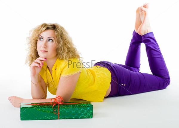 Фотография на тему Спокойная женщина, лежащая на полу в желтой и фиолетовой одежде