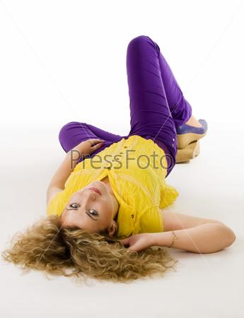 Спокойная женщина, лежащая на полу в желтой и фиолетовой одежде
