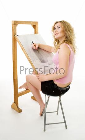 Студентка художественной школы рисует карандашом, изолированная