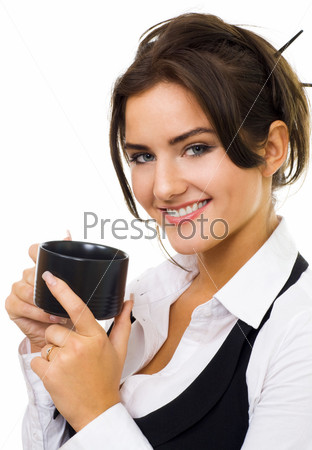 Женщина с чашкой кофе, смотрящая в камеру на белом фоне