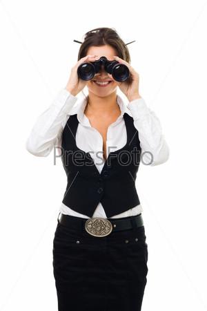 Деловая женщина смотрит в бинокль и улыбается, изолированная на белом фоне